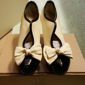 NWOT nude heels with bow